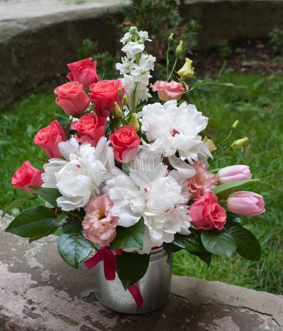 bujori si trandafiri in vas metalic
