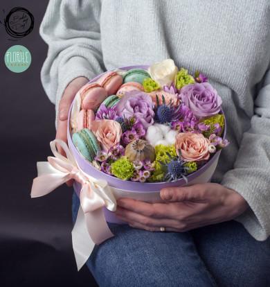 Cutie cu flori si macaron