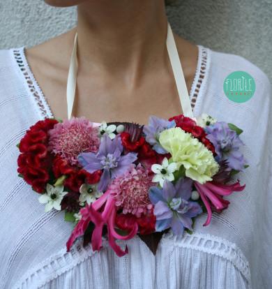 Colier din flori naturale
